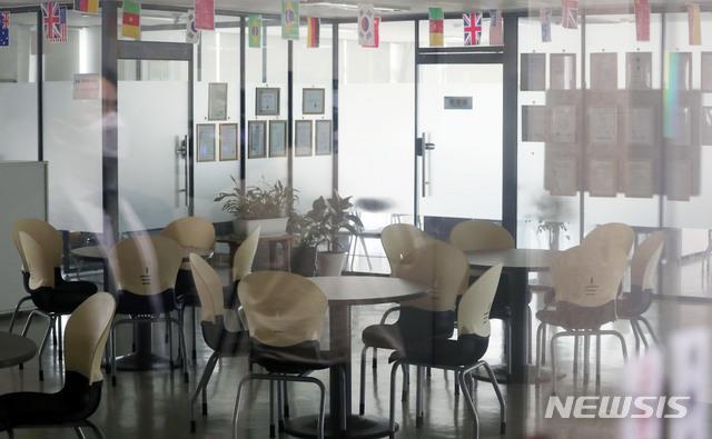 [서울=뉴시스]홍효식 기자 = 건강용품 판매업체인 '리치웨이'와 관련해 신종 코로나바이러스 감염증(코로나19) 확진자가 10명으로 집계된 4일 오후 서울 관악구 소재 폐쇄된 리치웨이 사무실 내부가 보이고 있다. 2020.06.04. yesphoto@newsis.com