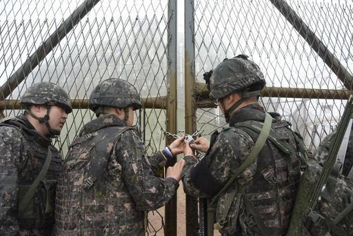 남북 군사합의에 따라 철수 대상에 포함된 GP에서 병사들이 철문을 잠그고 있다. 세계일보 자료사진