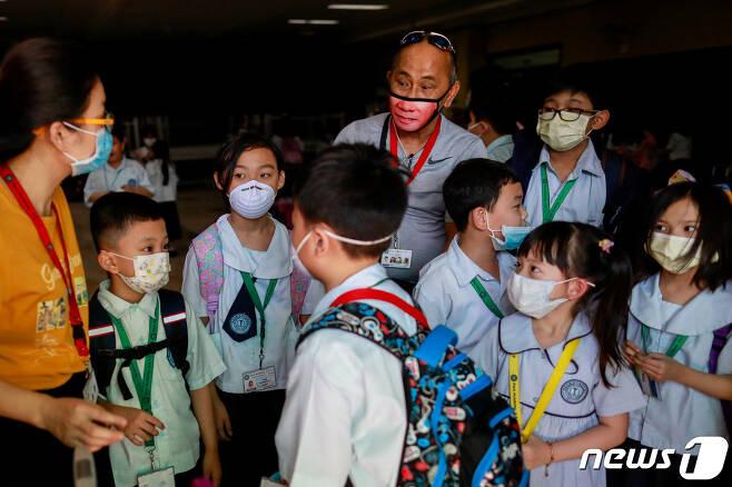 필리핀 케손시티 내 중국인 학교의 보호자와 학생들이 마스크를 착용하고 있다. © 로이터=뉴스1