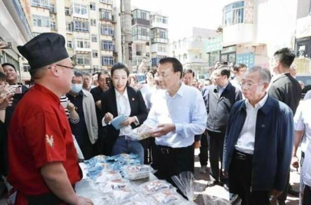 산둥성 옌타이 주택가 노점상 방문한 리커창 총리.(사진=연합뉴스)
