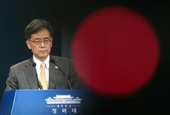 김현종 청와대 국가안보실 2차장이 지난해 8월 28일 청와대에서 일본의 한국에 대한 경제 보복 조치인 '화이트리스트 배제'에 대한 입장을 밝히고 있다. [청와대사진기자단]
