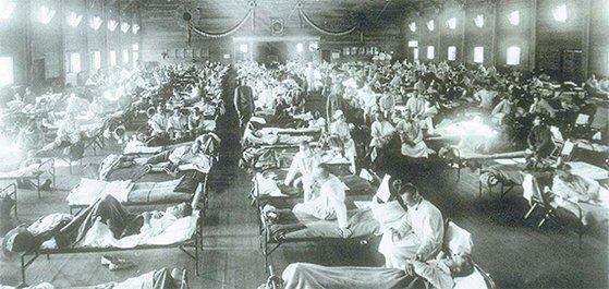 1918년 스페인독감 환자를 격리 수용한 미국 켄자스주의 임시병동 모습. 당시 스페인독감은 우리나라에서도 발생해 740만 명이 감염되고 14만 명이 사망했다는 기록이 있다. [중앙포토]