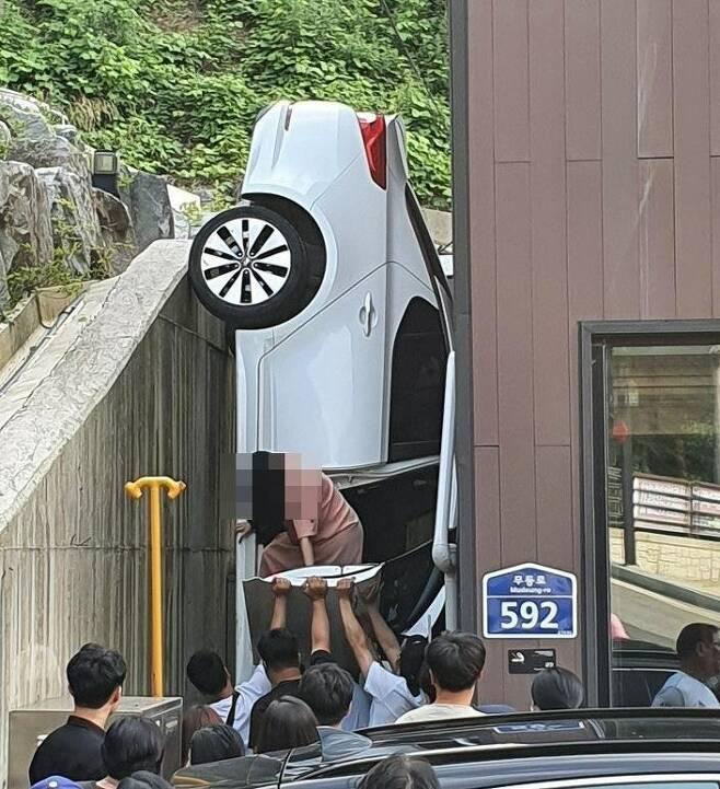 건물 옹벽 추락 사고 차량 [독자 제공·재판매 및 DB 금지]