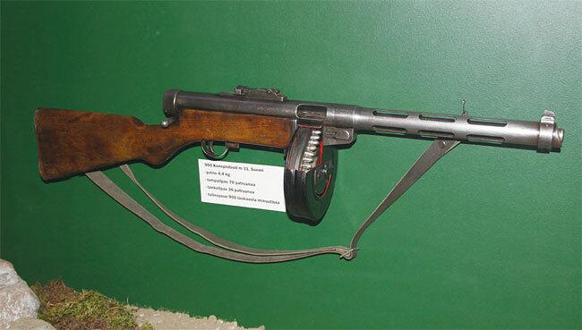 1931년부터 핀란드가 사용한 KP/-31 기관단총. 겨울 전쟁 당시 소련군에게 굴욕을 안겨주었는데, 모양만으로 알 수 있듯이 PPSh-41의 탄생에 커다란 영향을 끼쳤다. 사진 위키피디아