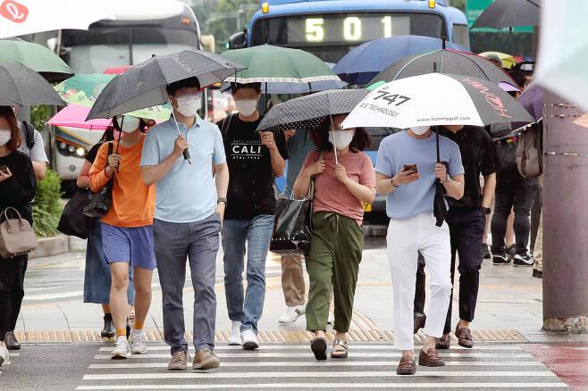 본격적으로 장마가 시작되는 24일 서울 종로구 광화문 네거리에서 시민들이 우산을 쓰고 출근하고 있다. 뉴시스