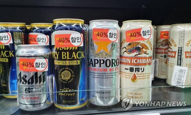 일본 맥주 '눈물의 할인 공세' 2019년 11월 8일  서울 시내 한 슈퍼마켓에서 팔리지 않은 일본 맥주들이 40% 세일 가격으로 진열돼 있다. [연합뉴스 자료 사진]