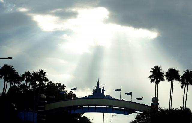 구름 사이로 미국 플로리다 주 올랜도의 디즈니 월드에 햇살이 비치고 있다. 로이터 연합뉴스