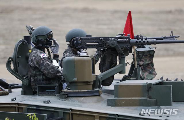 [파주=뉴시스] 고승민 기자 = 18일 경기 파주시의 한 군 훈련장에서 K-1E1전차에 탑승한 군 장병들이 전술훈련을 하고 있다. 2020.06.18.  kkssmm99@newsis.com