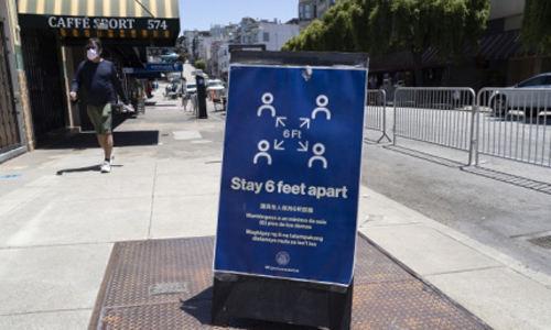 23일(현지시간) 미국 캘리포니아주 샌프란시스코에서 사회적 거리두기를 유지하라는 내용의 팻말이 서 있다. EPA연합뉴스