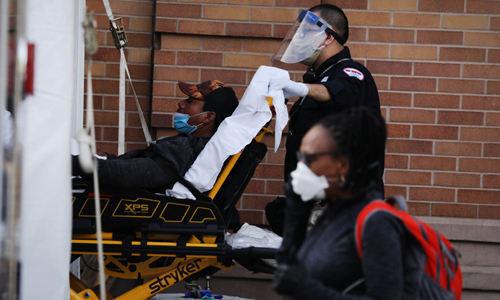 지난 5월 27일 뉴욕의 한 병원 의료진이 신종 코로나바이러스 감염증(코로나19)이 의심되는 환자를 이송하고 있다. 뉴욕=AFP연합뉴스