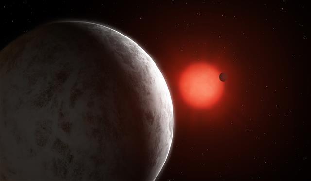 지구에서 11광년 정도 떨어져 있는 적색왜성 '글리제 887'(가운데 붉은색) 주변을 돌고 있는 슈퍼지구 글리제 887c의 모습. 액체 상태의 물이 존재하는 등 지구와 비슷한 것으로 확인돼 생명체 존재가능성이 높은 것으로 보인다.독일 괴팅겐대·사이언스 제공
