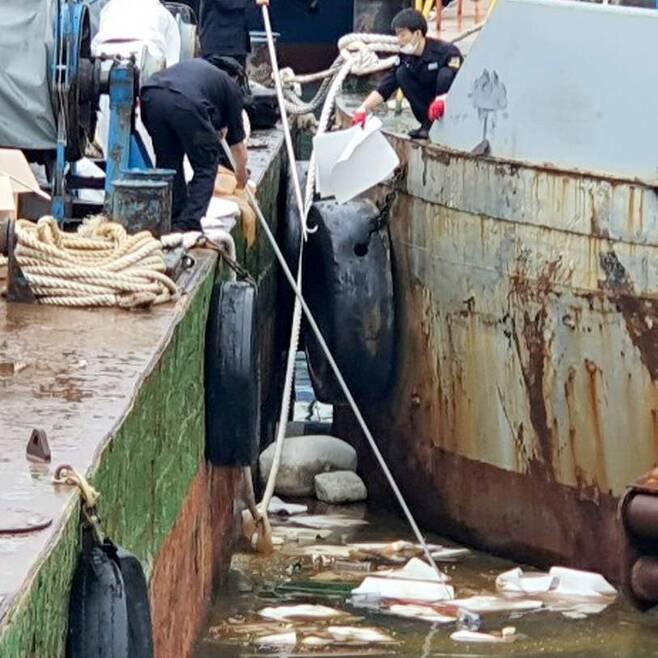 유출된 기름 제거하는 해경 [인천해양경찰서 제공. 재판매 및 DB 금지]