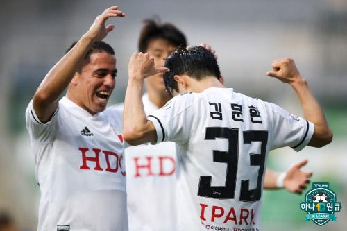 결승골을 넣은 부산 수비수 김문환(오른쪽 첫 번째). 제공 | 프로축구연맹