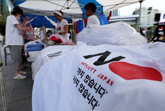 지난해 8월 서울 신촌에서 열린 '노노재팬 8.15 시민행진'에서 참가자들이 '일본 보이콧' 티셔츠를 구입하고 있다. 일본의 대 한국 수출규제로 촉발된 일본 제품 불매운동은 1년이 지난 지금도 계속되고 있다. 뉴스1