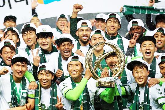 FC 서울에 위약금을 지불하고 기성용을 영입할 수 있는 팀은 전북 현대뿐이다(사진=한국프로축구연맹)