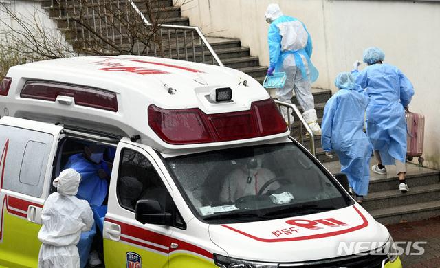 [광주=뉴시스] = 119 구급차량이 신종 코로나 바이러스 감염증(코로나19) 확진자를 의료 시설로 이송하고 있다. hgryu77@newsis.com