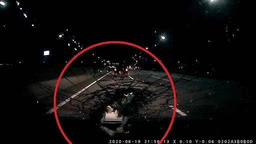 지난 19일 오후 10시20분쯤, 경부고속도로 구미 나들목 인근을 달리던 A씨는 앞선 차량이 밟고 지나간 판스프링이 날아와 유리창을 뚫고 들어온(빨간 동그라미) 아찔한 사고를 당했다. 다행히 다치지는 않았으나, 일주일이 지나도 사고 당시의 충격에서 벗어나지 못하고 있다. 사진 속 시간은 9시56분이나, 이는 실제와 24분 정도 차이가 있다고 한다. A씨 제공
