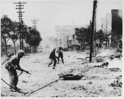 6·25 전쟁 당시 서울 수복 작전에 참가한 국군 장병들이 거리를 수색하고 있다. 위키피디아