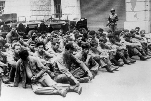 6·25 전쟁 당시 북한군에 포로가 된 미군 장병들이 무리를 지어 앉아있다. 게티이미지