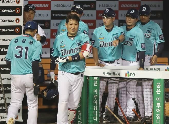 ▲ NC 이동욱 감독(왼쪽에서 2번째)이 득점에 성공한 김성욱을 환영하고 있다. ⓒ연합뉴스