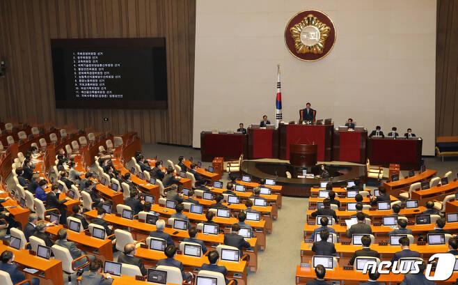 박병석 국회의장이 29일 오후 서울 여의도 국회에서 열린 제379회국회(임시회) 제6차 본회의에서 국회운영위원장을 비롯한 상임위원장 선출안을 상정하고 있다. 원구성을 위한 여야 합의가 결렬돼 이번 본회의에 미래통합당 의원들은 불참했다. 2020.6.29/뉴스1 © News1 박세연 기자