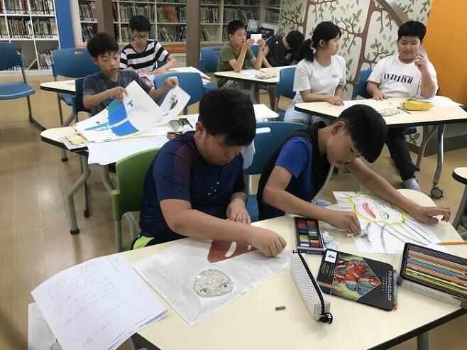 전남 곡성 삼기초 김승찬 어린이가 학교에서 그림책을 만들고 있다. 승찬이는 자신의 책이 정식으로 출판돼 그림책 작가가 됐다. 작가의 탄생 제공