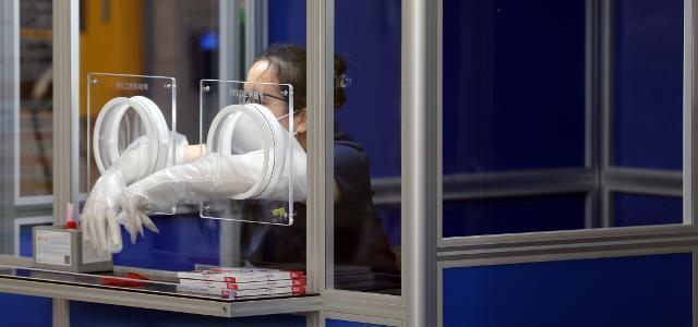 코로나19 집단 감염 사례가 나온 왕성교회가 위치한 서울 관악구 보건소 코로나 19 선별진료소에서 한 의료진이 밀려드는 검사 희망자들 사이에서 잠시 휴식하고 있다. 연합뉴스