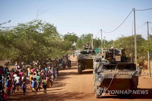 서아프리카 부르키나파소 일대를 순찰하고 있는 프랑스군 [AFP=연합뉴스 자료사진]