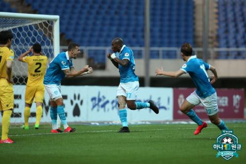 포항 공격수 팔라시오스(가운데)가 26일 광주전에서 선제골을 넣고 환호하고 있다. 제공 | 한국프로축구연맹