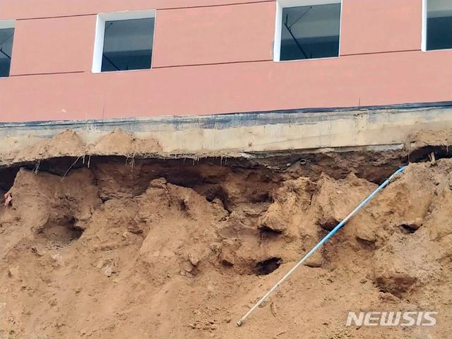 [부산=뉴시스] 30일 오전 8시 10분께 부산 금정구의 한 아파트와 신축공사현장 사이 축대(가로 50m, 세로 8m)가 무너졌다. (사진=부산경찰청 제공) photo@newsis.com
