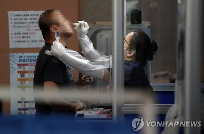 계속되는 검체 채취 [연합뉴스 자료 사진]