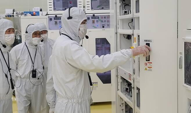 이재용 삼성전자 부회장이 30일 세메스 천안사업장을 찾아  생산 라인을 점검하고 있다. [삼성전자 제공]