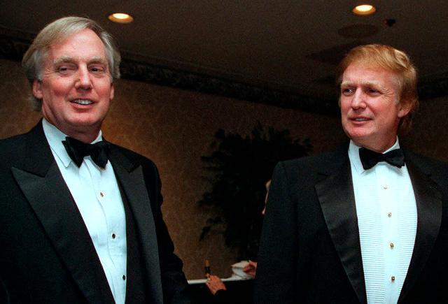 1999년 미국 뉴욕에서 촬영된 도널드 트럼프(오른쪽) 대통령과 동생 로버트의 사진. AP 연합뉴스