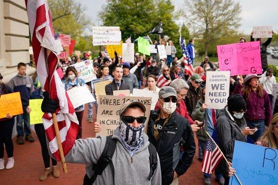 지난 4월 15일 미국 켄터키주 프랭크포트에서 수백 명의 시민들이 주민 이동을 제한하는 봉쇄 조치에 항의하며 시위를 벌이고 있다. [로이터=연합뉴스]