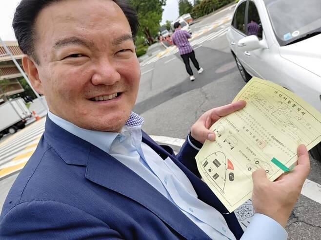 지난 4·15 총선에서 낙선한 민경욱 전 미래통합당 의원이 서울 여의도 국회의사당에서 불법 주차로 차가 견인된 사연이 알려졌다./사진=차명진 페이스북 캡처