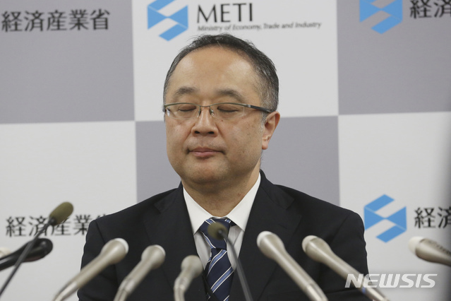 """[도쿄=AP/뉴시스]이이다 요이치 일본 경제산업성 무역관리부장이 22일 도쿄에서 한국의 지소미아 종료 유예와 관련해 기자회견을 하며 눈을 감고 있다. 이이다 부장은 수출 규제를 시작한 반도체 소재 3종에 대해 """"개별 심사로 수출을 허가하는 방침은 불변""""이라며 """"(한국의) 화이트리스트 포함 여부도 한국과 협의 후 결정할 것""""이라고 밝혔다. 2019.11.22."""