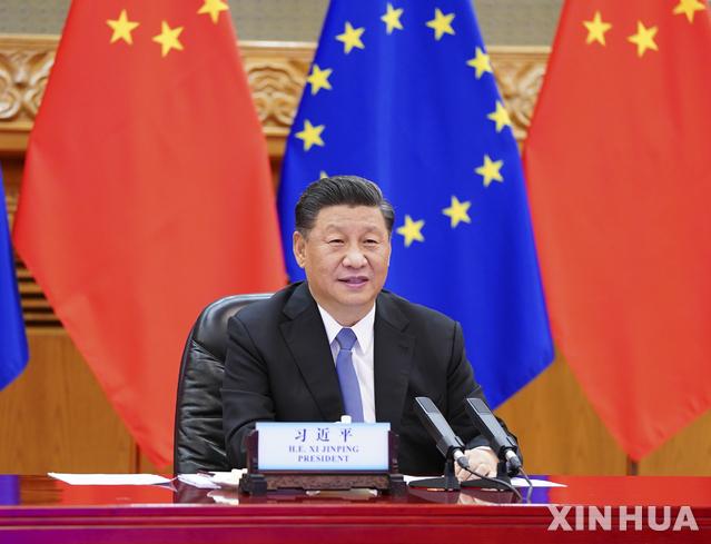 [베이징=신화/뉴시스]시진핑 중국 국가주석이 22일(현지시간) 중국 베이징에서 샤를 미셸 EU(유럽연합) 상임의장, 우르술라 폰 데어 라이엔 EU 집행위원장과 화상회의를 하고 있다. 2020.06.23.