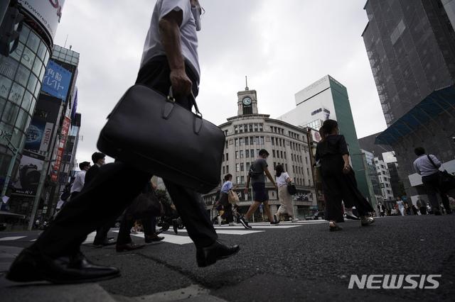 [도쿄=AP/뉴시스]지난달 24일 일본 수도 도쿄의 긴자 거리에서 시민들이 횡단보도를 건너고 있다. 2020.06.25.
