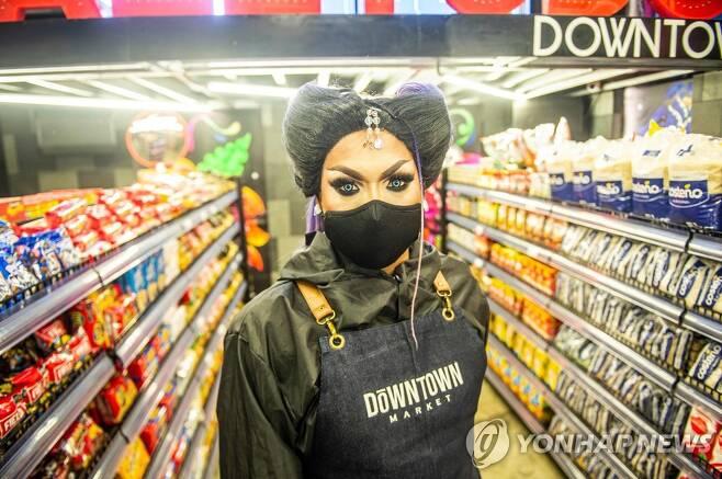 슈퍼마켓으로 변신한 페루 게이 나이트클럽에서 직원이 손님을 기다리고 있다. [AFP=연합뉴스]