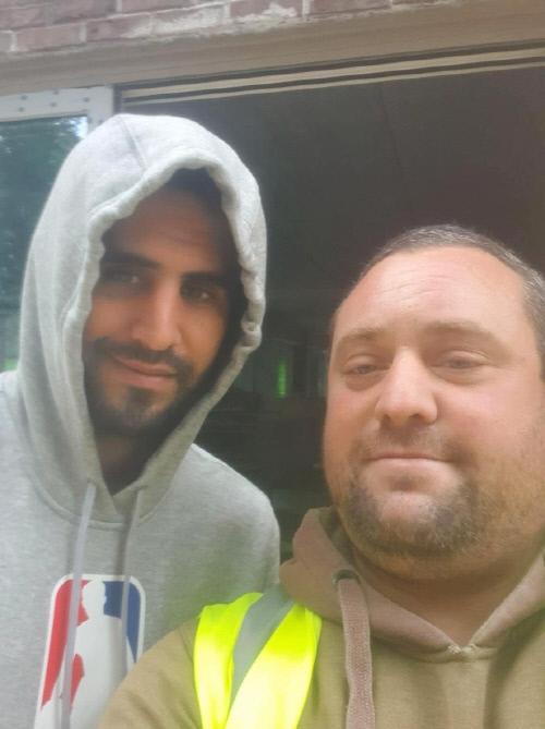 리야드 마레즈(왼쪽)와 기념 촬영한 맨체스터 유나이티드 팬. 캡처 | 영국 '더선'