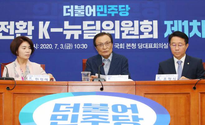 이해찬 더불어민주당 K-뉴딜위원회 위원장(가운데)이 3일 서울 여의도 국회에서 열린 더불어민주당 미래전환 K-뉴딜위원회 제1차 회의에 참석해 현안관련 발언을 하고 있다. (사진=뉴시스)