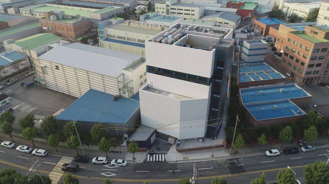 머크가 경기도 평택 송탄산업단지에 차세대 반도체 소재를 연구할 한국 첨단기술센터(K-ATeC)을 열었다. 앞쪽 흰색 건물이 K-ATeC이다.<제공: 머크>