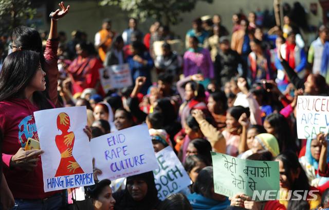 """[뉴델리=AP/뉴시스]3일(현지시간) 인도 뉴델리에서 지난달 하이데라바드에서 한 수의사가 성폭행당한 후 살해된 것에 대해 분노한 시민들이 정의를 요구하는 시위를 벌이며 구호를 외치고 있다. 이들은 """"인도를 강간 국가로 만들지 말라""""""""범인을 사형시켜라"""" 등의 문구가 쓰인 팻말을 들고 시위하고 있다. 지난달 29일 하이데라바드에서 4명의 남성이 27세의 여성을 집단 성폭행하고 살해한 후 증거인멸을 위해 시신을 불에 태운 사건이 일어났었다. 2019.12.03."""
