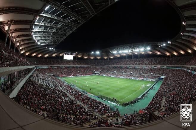 ▲ 2019년 6월 11일 서울월드컵경기장에서 열렸던 한국-이란 친선경기. 6만이 넘는 관중이 이란의 기를 제대로 눌러줬다. '수도 서울'의 축구 열기를 알 수 있는 장면이다. ⓒ대한축구협회