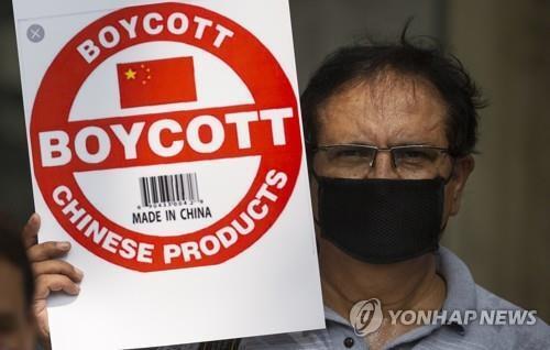 인도 수도 뉴델리에서 '중국산 보이콧'이 적힌 팻말을 든 인도 언론인. [AP=연합뉴스]