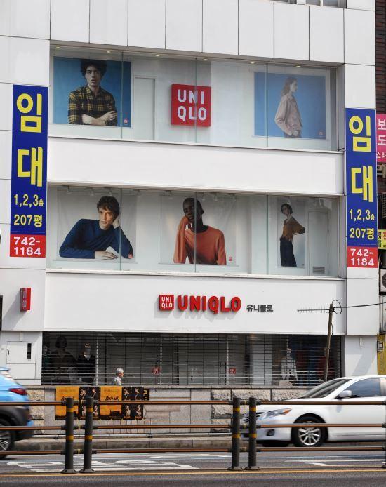 지난해 8월 일본 제품 불매운동의 영향으로 서울 종로구 유니클로 종로3가점이 임대현수막을 걸고 휴업 중이다. 국민일보DB