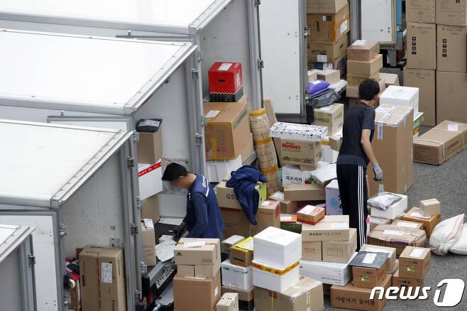코로나19 창궐 이후 서울시내 한 택배 물류센터에 늘어난 택배 물량이 쌓여잇는 모습. /뉴스1 © News1 안은나 기자