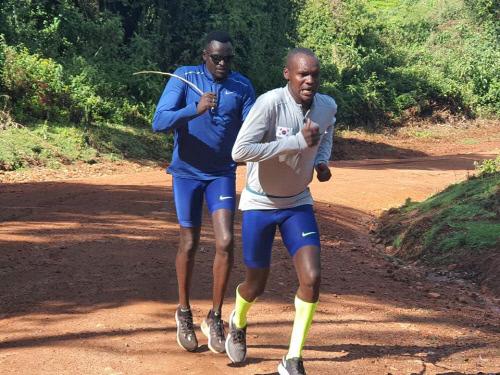 오주한(왼쪽)이 케냐 고지대에서 티모리모 트레이너의 지도를 받으면서 훈련을 하고 있다. 제공 | 오창석 교수