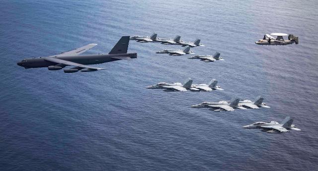미 태평양함대 제5항공모함타격단 102전투공격비행대대 소속 F/A-18F 함재기와 B-52 폭격기가 남중국해에서 훈련하고 있다. 미 태평양공군 사령부 제공