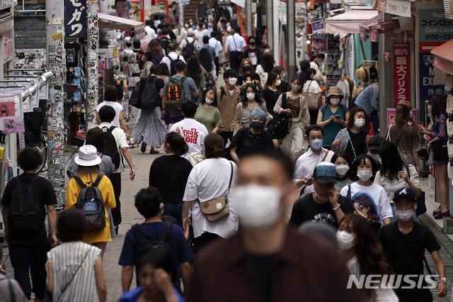 [도쿄=AP/뉴시스] 일본 수도 도쿄도가 신종 코로나바이러스 감염증(코로나19) 제2파의 진원지가 되고 있는 가운데 3일 시내 쇼핑가에 마스크를 착용한 인파가 몰려 인산인해를 이루고 있다. 2020.07.05